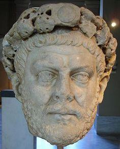 Ritratto di Diocleziano; IV secolo d.C.; statua in marmo; Museo Archeologico di Istanbul.  il ritratto presenta una testa molto grande (gigantismo) addobbata con una sorta di diadema, una corona di gemme. Gli occhi, assorti, sono inespressivi.