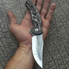 About my last creation ... I hope you have some fun with these pictures !  Sobre o meu trabalho mais recente... Espero que se divirtam com as imagens!  #knifeporn #knifecollectors #knifes #blades #edcknife #canivete #damascussteel #customknives #cutelaria #gvilarknives #usnfollow #stainlessdamascus #artknives #gold #handengraving #everydaycarry #luxury