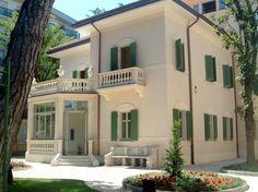 Ville classiche antiche - Antica villa classica dalle forme squadrate.