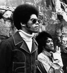 Jim Kelly Bruce Lee - two great martial arts legends, and nay they both rest in peace. Bruce Lee Photos, Martial Arts Movies, Martial Artists, Kung Fu, Artiste Martial, Bruce Lee Martial Arts, Jim Kelly, Brandon Lee, Enter The Dragon