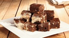 Ricetta Brownies cappuccino: I brownies cappuccino la versione più goduriosa dei famosissimi brownies americani: con la loro ricca farcia e la golosissima glassa sono ottimi!
