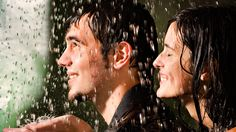 Счастливая пара под дождиком