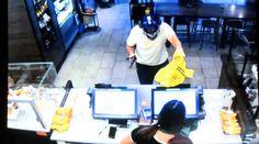 Dramatic video shows Starbucks customer fighting off armed robber #Cronaca #iNewsPhoto