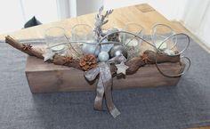 AW08 %u2013 Adventsgesteck aus altem Holz! Alter Holzblock nat�rlich dekoriert mit einem Reh, Kugeln und vier Teelichtgl�sern! Preis 39,90%u20AC