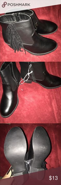 NEW SLIP ON ANKLE BOOTS SIZE 8 These r brand new I can't find a brand name on them excellent condition smoke free home no trades price is firm size 8 fits true to size No name Shoes Ankle Boots & Booties