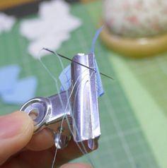 これは頭いい!クリップで挟むと細かいものも綺麗に縫える、というライフハック。ミニチュアなどにどうですか? - Togetter