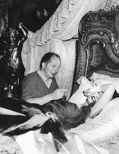 Gloria Swanson and Billy Wilder on set of Sunset Boulevard, 1950 Old Hollywood Movies, Golden Age Of Hollywood, Vintage Hollywood, Classic Hollywood, Hollywood Icons, Hollywood Hills, Hollywood Actresses, Silent Screen Stars, Silent Film Stars