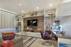 Como no apartamento não há espaço para um escritório, o designer criou uma escrivaninha que parece uma extensão da estante. Com isso o móvel pode ser usado tanto como espaço de trabalho quanto mesa para servir petiscos e bebidas aos convidados Foto: GDS Arquitetura e Interiores