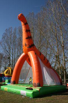 Château Gonflable Dinosaure - Air et volume vous présente cette structure gonflable en forme de dinosaure orange. Elle dispose d'une belle aire de saut. Les enfants adorent cette attraction