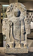 犍陀羅國公元3世紀的佛陀舍衛城神變浮雕,有陪襯的赫拉克勒斯和堤喀小像,現藏於巴黎吉美博物館