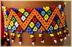 Farben von Südafrika – Zulu-Perlen – Sandra Correia – Join the world of pin Beading Projects, Beading Tutorials, Beading Patterns, African Beads, African Jewelry, Stone Beads, Pearl Beads, Beaded Jewelry, Beaded Bracelets