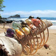 Concha de oro brazalete, Hawaii playa surfista chica joyas, brazaletes de apilamientos, conchas hawaiana, Idea de regalo de Navidad, hechos a mano Maui martillado pulsera