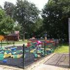 Voor ons is 'Speelpark de Splinter' een heerlijkuitje! Een uitgebreid speelpark waar kinderen van klein tot groot zich fantastischvermaken. Voor de kleintjes is een (overzichtelijk) peuterhoekje met speeltoestellen.Daarnaast is er een kinderboederij waar mijn dochtertje het liefste de heledag verblijft om met de dieren te knuffelen! In de zomer is het zwembadje gevuld enkunnen de kidslekker spetteren enafkoelen. Je leest het al, tal vanmogelijkheden: spelen, dieren, zwemmen en ...