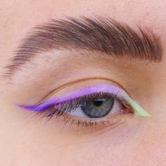 Via www.achotendencia.com delineado colorido, delineador, neon, pastel, diferente, como fazer, onde comprar, delineado gráfico, delineado branco, Makeup Goals, Makeup Inspo, Makeup Inspiration, Skin Makeup, Eyeshadow Makeup, Mac Makeup, Eyeshadow Palette, Makeup Brushes, Gloss Eyeshadow