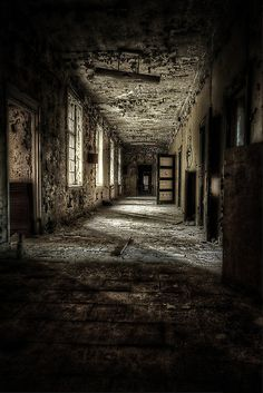 Abandoned,The Asylum Project - Corridor of Terror by Erik Brede on Abandoned Asylums, Abandoned Buildings, Abandoned Places, Scary Places, Haunted Places, Ballons Fotografie, Abandoned Hospital, Art Plastique, Old Houses