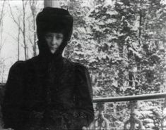Alexandra Feodorovna under house arrest at Tsarskoe Selo. Anastasia, Familia Romanov, Grand Duchess Olga, Alexandra Feodorovna, Tsar Nicholas Ii, Imperial Russia, Rare Pictures, Kaiser, Native American Indians