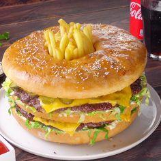 Gegen diesen gigantischen Leckerbissen sieht jedes Fastfood langweilig aus! #xxl #fastfood #bigmac #lecker #burger #käse {Spécialiste|Leader|N°1} français {de la livraison|du fastfood|du street food|du burger|du sandwich|du tacos} {la nuit|de nuit|en nocturne|toute la nuit}Leader français de laivraison de Fastfood la nuit