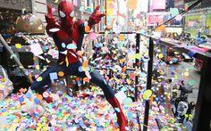 Pessoa fantasiada de Homem Aranha joga confetes na Times Square de Nova York
