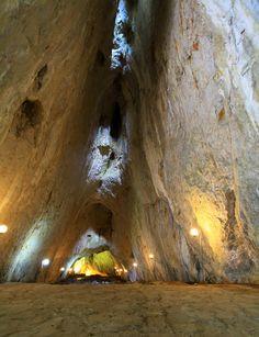 İnaltı mağarası/Ayancık/Sinop/// Ortalama uzunluğu 658 metredir. MTA tarafından 1996 yılında inceleme yapılan İnaltı Mağarasının 300 metrelik bölümü aydınlatılmış olup turizme açılmıştır. Mağaranın devamındaki 358 metrelik kısmının ancak 125 metrelik bölümünün turizme açılmaya uygun olduğu tespit edilmiştir.