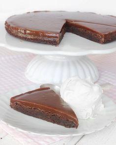 En kladdig chokladbotten och ett segt täckte av den allra härligaste kolakrämen. Ljuvligt gott! Swedish Cookies, Fika, Let Them Eat Cake, Diy Food, Fudge, Panna Cotta, Caramel, Cheesecake, Chips