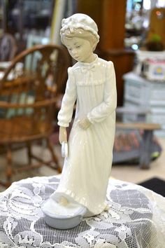 Lladro Nao Figurine - Girl at Bedtime Washing Her Feet - high Vintage Clothing, Vintage Outfits, Bedtime, Singing, Sculpture, Lady, Clothes, Beautiful, Collection