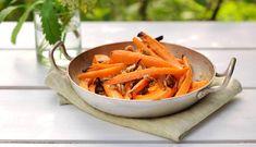 Grillede gulrøtter med pekannøtter er et spennende og velsmakende tilbehør som passer perfekt til sjømat.