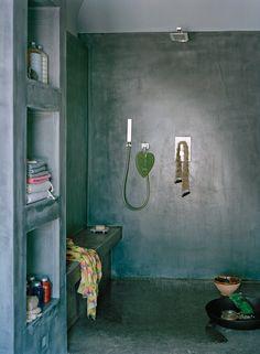 Zittend op een ingebouwd bankje met de scrubhanddoek en verwenproducten binnen handbereik waan je je in de hammam.