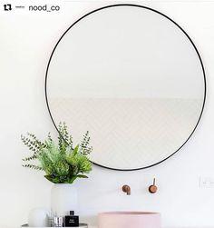 Upeat ja vähäeleiset kokonaisuudet nood co:lta. Kylpyhuoneessa on melkein aina niin että vähemmän on enemmän. Siivoaminen on helpompaa ja tavaraa kertyy vähemmän.  #kylpyhuoneensisustus  #peili Wreaths, Home Decor, Decor, Hoop Wreath