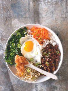 Korejský bibimbap (v překladu míchaná rýže) je variace na večeři 'co dům dal'. Rýži se zeleninou můžete doplnit i plátky syrového nebo vařeného masa, tofu, místo volského oka přidat omeletu… Falafel, Tofu, Ethnic Recipes, Hands, Falafels