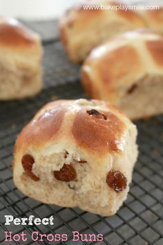 recipes for kids After a recipe for Perfect Hot Cross Buns This recipe is kid-friendly, great for lunch boxes and absolutely fool-proof! Cross Buns Recipe, Bun Recipe, Homemade Recipe, Köstliche Desserts, Delicious Desserts, Ma Baker, Baking Buns, Australian Food, Bread Bun