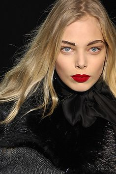 My new look for fall/winter: red lips, very blonde hair and black.. Lots of black