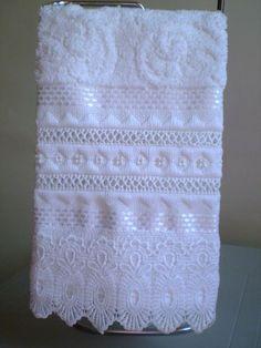 Marca: Karsten, 99% algodão e 1% viscose Medida: 33 x 50cm Cor: branca ( melina) Trabalho: Bordado ilhós, linha , pérolas e renda guipir. O trabalho pode ser na cor que o cliente desejar Cores de toalhas disponíveis; branca e creme Ribbon Embroidery, Embroidery Stitches, Hand Towels, Tea Towels, Crochet Towel, Decorative Towels, Bathroom Towels, Towel Set, Bed Covers
