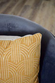 Posée sur votre canapé, cette housse de coussin illuminera votre salon. Elle trouvera également sa place dans votre chambre, posée sur votre lit. Salon Art Deco, Decoration, Place, Throw Pillows, Yellow Cushions, Home Improvement, Decorating Tips, Art Deco Style, Slipcovers