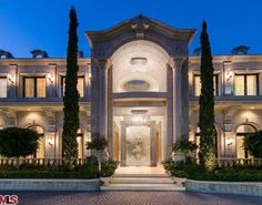 The palatial Le Palais estate in Beverly Hills has the look of a French chateau on the exterior but features Moroccan influences on the interior. The mansion has a dramatic pool, lush gardens, a garage, a wine cellar and a grand ballroom. Dream House Plans, My Dream Home, Dream Homes, Architecture Antique, Beverly Hills Mansion, Yolanda Foster, Huge Houses, Design Your Own Home, Dream Mansion