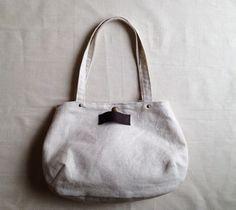 リトアニアリネンを使った丸い形のバッグです。 風合いを生かして芯ははさまず、くたりとした仕上がりになっています。マチとタックで、底のほうは丸みがあります。ちょ...|ハンドメイド、手作り、手仕事品の通販・販売・購入ならCreema。