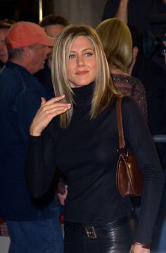 "Jennifer Aniston Photos Photos - LA PREMIERE OF ""SPY GAME"".MANN'S NATIONAL THEATER, WESTWOOD. NOVEMBER 19 2001. - Premiere of ""Spy Game"""