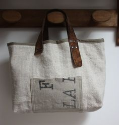 Image of Sac forme cabas en chanvre + toile postale. Burlap Bags, Laksa, Textiles, Handmade Bags, Purses And Bags, Creations, Reusable Tote Bags, Handbags, Crafts
