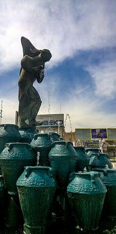 Kahramana statue and the Forty Thieves  Baghdad's Karrada .. Iraq ..  Photography  Rasoul Ali تمثال كهرمانة والاربعين حرامي الكرادة .. بغداد .. العراق تصوير رسول علي