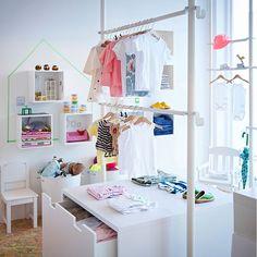ホワイトのディスプレイ用シェルフと収納ベンチを使用した子供服のお店