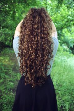 Do you like your wavy hair and do not change it for anything? But it's not always easy to put your curls in value … Need some hairstyle ideas to magnify your wavy hair? Curly Hair Tips, Curly Hair Care, Long Curly Hair, Wavy Hair, Curly Hair Styles, Natural Hair Styles, Curly Girl, Long Curls, Stylish Hair