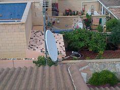 Colocacion de antena parabolica en tejado de cliente en Marbella.