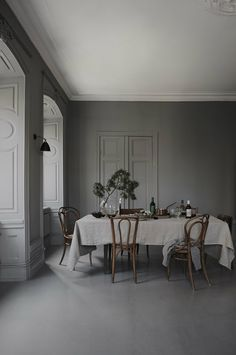 6 Stylish holiday deco ideas using bistro chairs - Daily Dream Decor Room, Interior, Dining Room Design, My Scandinavian Home, Home Decor, House Interior, Trendy Dining Room, Interior Design, Grey Dining Room