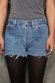 Vintage Renewal Abgeschnittene 501-Shorts in dunkler Waschung bei Urban Outfitters