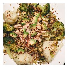 "Duyanin kosup geldigi tabaklarimdan birisi daha☺️  ~  One of my ""everything"" meals☺️  .  .  .  .  .  .  #intuitiveeating #balancedmeal #eattherainbow #foodforfoodies #lowcarb #lowGI #plantpower #plantbased #cauliflower #broccoli #avocado #avokado #eattherainbow #sprouting #fitfood #fitfam #motivation #fitspiration #yemek #kiloverme #diyetteyiz #motivasyon #sagliklibeslenme"