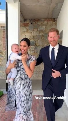 Archie made a surprise appearance during his parents' royal tour of South Africa — and he was on his best behavior as he joined Meghan Markle and Prince Harry during their meeting with Archbishop Desmond Tutu Prince Harry Et Meghan, Meghan Markle Prince Harry, Princess Meghan, Harry And Meghan, Prince And Princess, Princesa Diana, Duke And Duchess, Duchess Of Cambridge, Duchess Kate