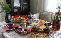 Juustotarjotin Cobb Salad, Table Settings, Cheese, Food, Essen, Place Settings, Meals, Yemek, Eten
