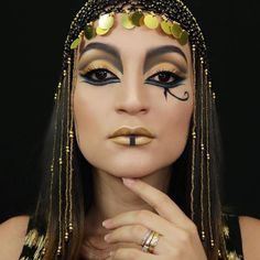 Looking for for inspiration for your Halloween make-up? Browse around this website for unique Halloween makeup looks. Egyptian Eye Makeup, Egypt Makeup, Cleopatra Makeup, Egyptian Hairstyles, Cleopatra Halloween, Cleopatra Costume, Unique Halloween Makeup, Egyptian Costume, Theatrical Makeup