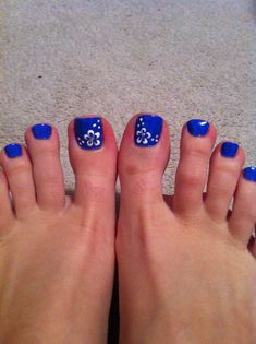 blue pedicure with flowers ) Flower Toe Nails, Blue Toe Nails, Pretty Toe Nails, Toe Nail Color, Summer Toe Nails, Feet Nails, Toe Nail Art, Summer Pedicures, Nail Arts