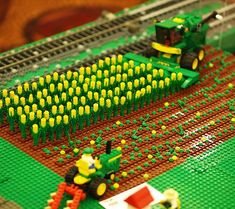 LEGO - harvesting corn with John Deere farm equipment Lego City, Legos, Pokemon Lego, Construction Lego, Micro Lego, Lego Display, Lego Pictures, Lego Boards, Lego Craft