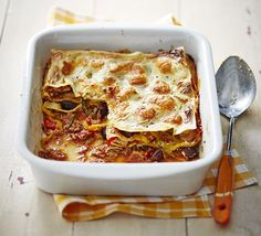 Swap mince for canned tuna in this budget lasagne recipe, made even easier with cream cheese instead of béchamel sauce. Swap the cream cheese for Syn free Natural quark to make it even more healthy and just as delicious Bbc Good Food Recipes, Cooking Recipes, Cooking Pasta, Tuna Recipes, Budget Recipes, Yummy Food, How To Make Lasagne, Cream Cheese Sauce, Lasagne Recipes